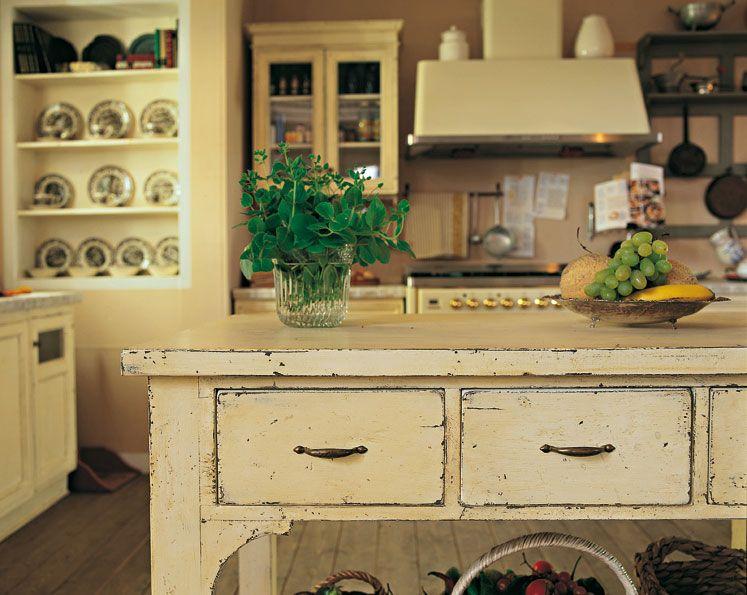 Cucina KETI, isola con tre cassetti, anticata con patine ad acqua che le donano il gusto della vecchia casa di campagna.
