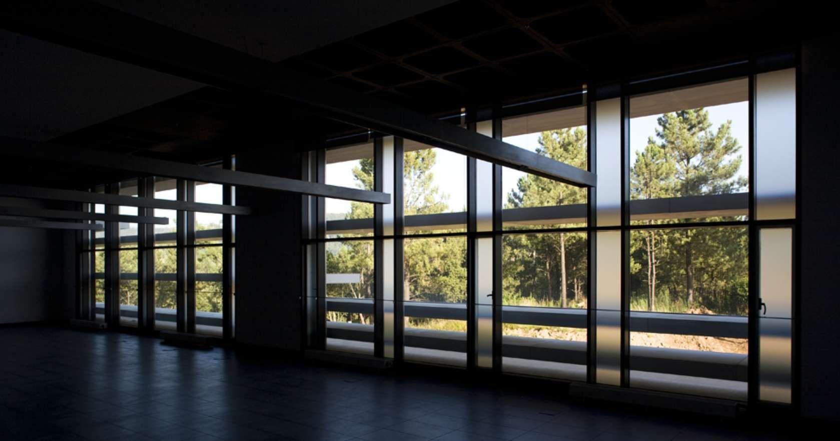 """PT Assumindo-se como um edifício de grande referencial imagético, esta obra """"viva"""" surge, numa envolvente onde são inexistentes as referências construídas, c..."""