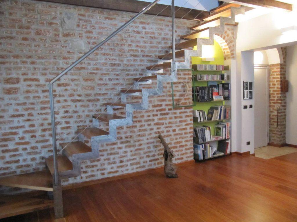 Latest la parete in mattoni fa da sfondo alla nuova scala - Parete con mattoni a vista ...