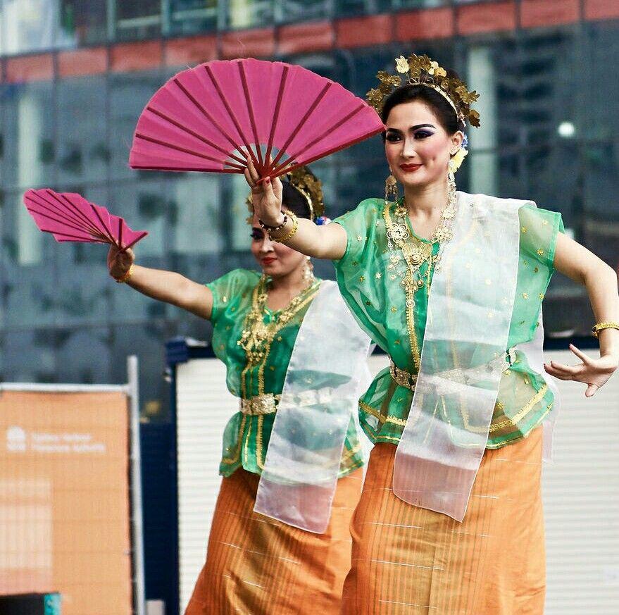 Tari Kipas Pakarena Dari Makassar Cultural Dances Indonesia