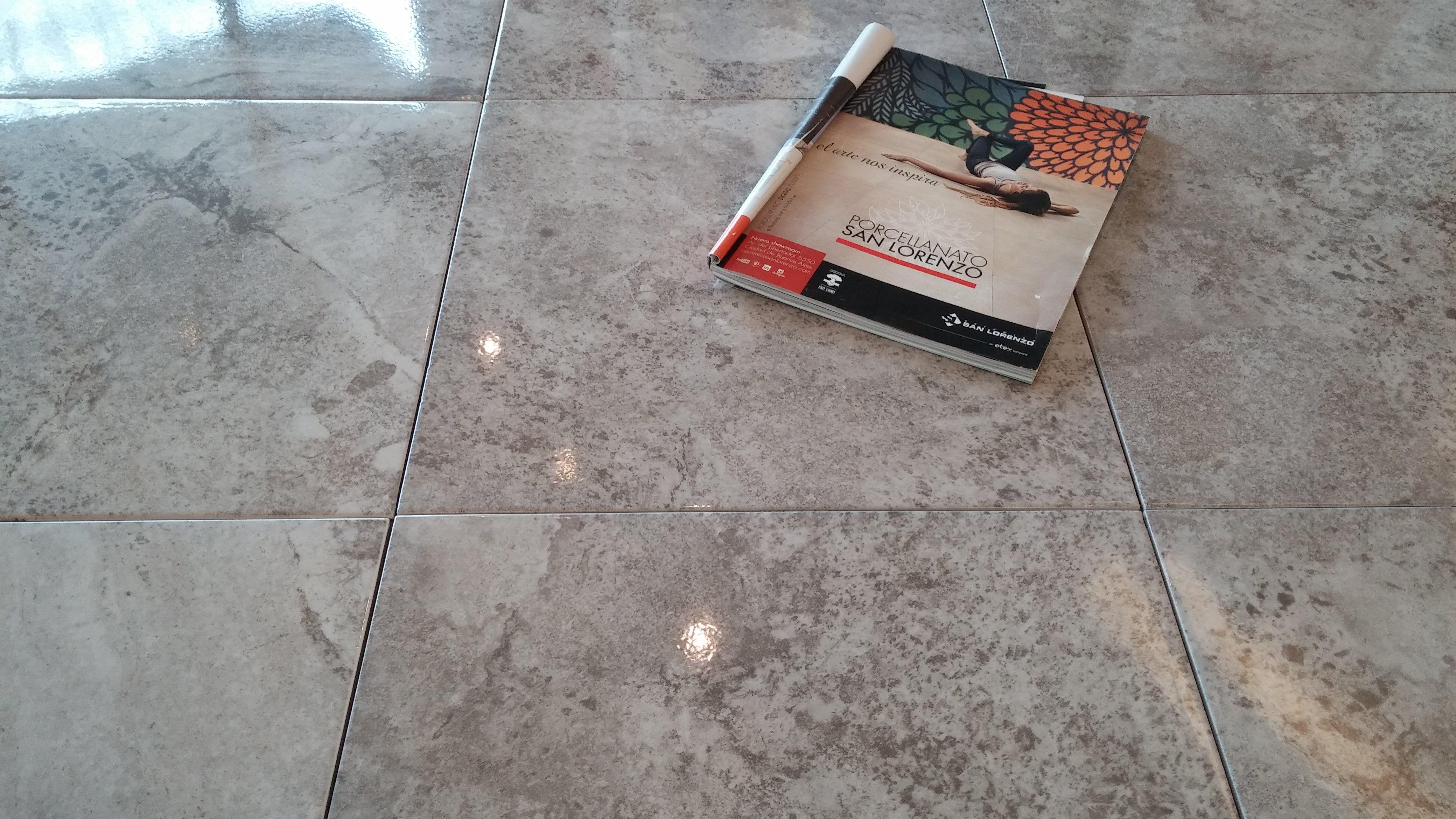Piso zenzu gris 45 3x45 3 brillante pisos revestimiento for Decoracion piso laminado gris
