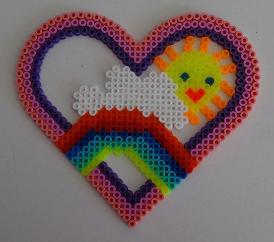 arc-en-ciel dans un cœur réalisé par ma fille de 5 ans. | perles à