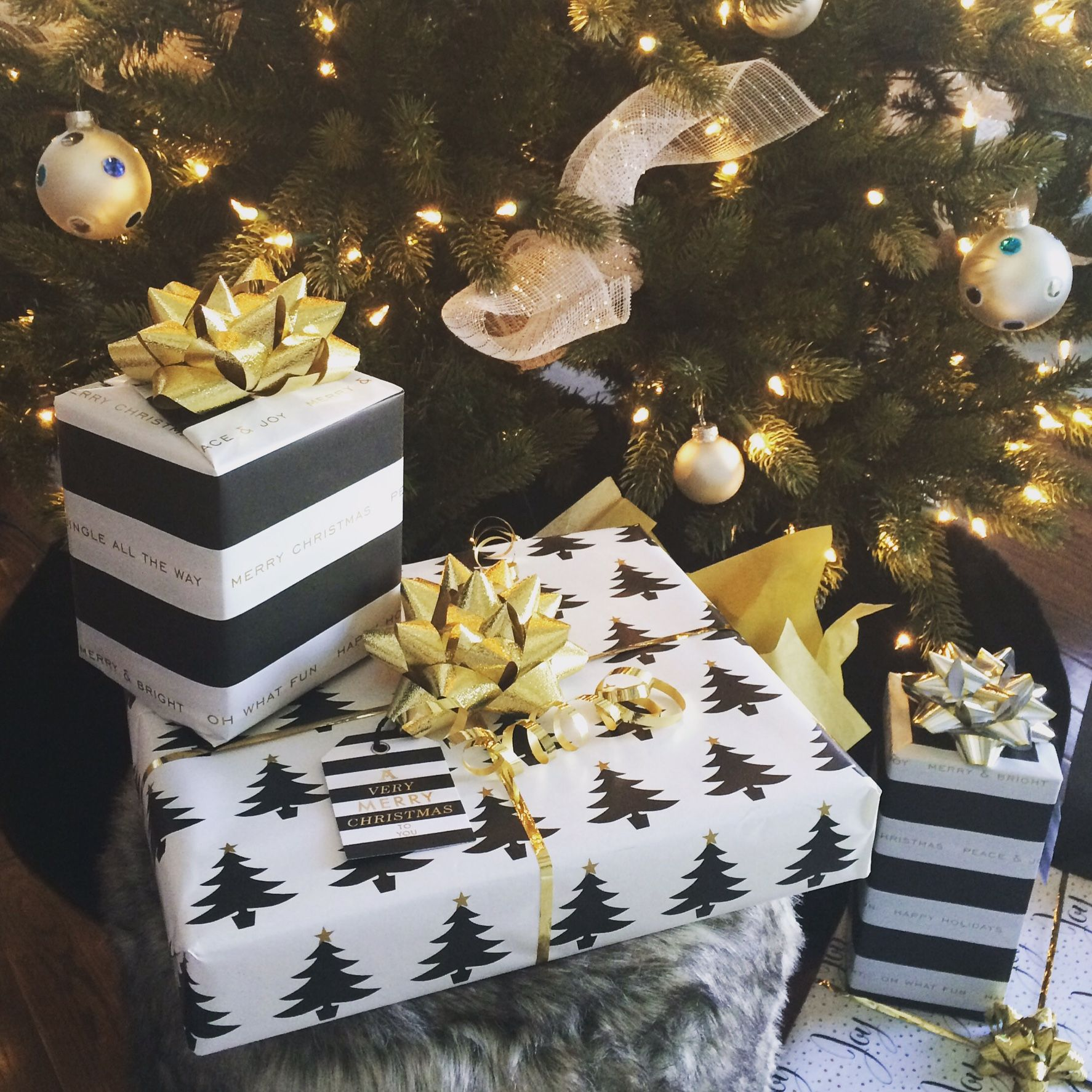 100 Awesome Christmas Stairs Decoration Ideas: Black & White & Gold Christmas Wrapping - Presents