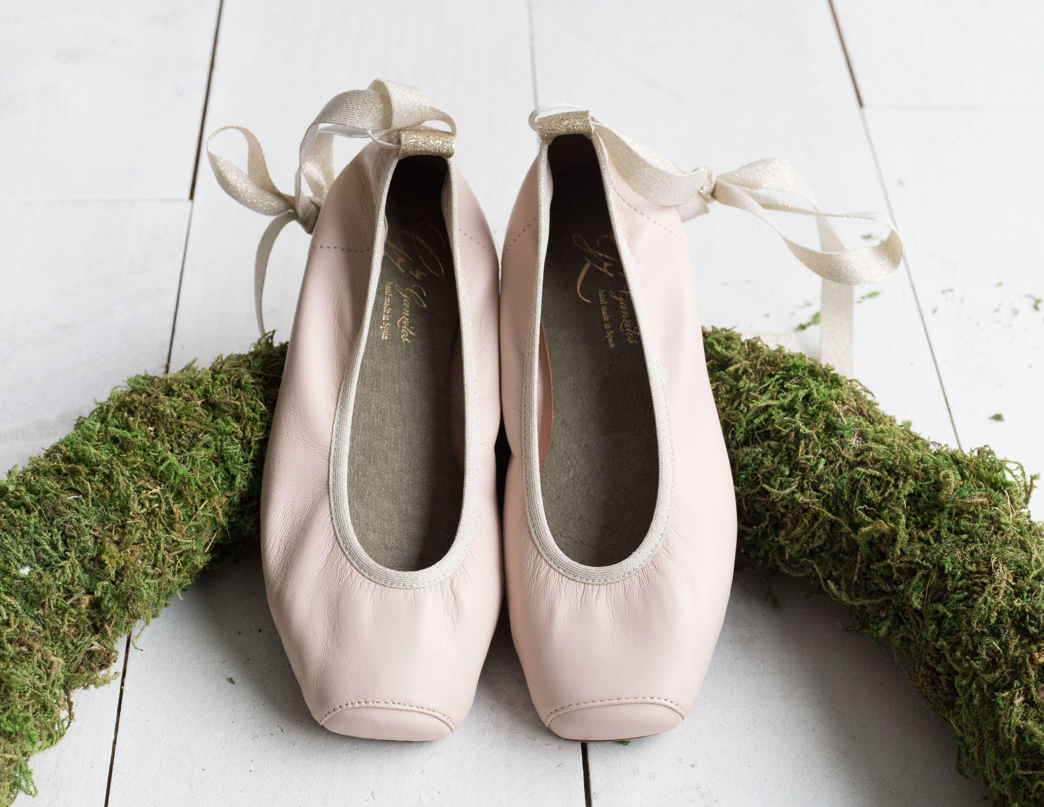 aee73052269 Bailarinas de ballet para niña y adolescente. Estas manoletinas de piel con  la punta cuadrada