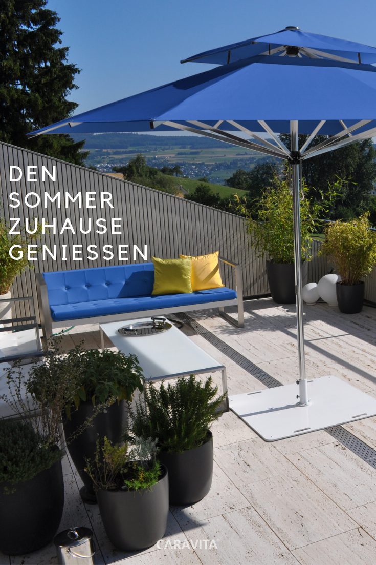 Den Sommer Zuhause Geniessen Urlaub Unter Dem Sonnenschirm Sonnenschirm Terassenideen Schirm