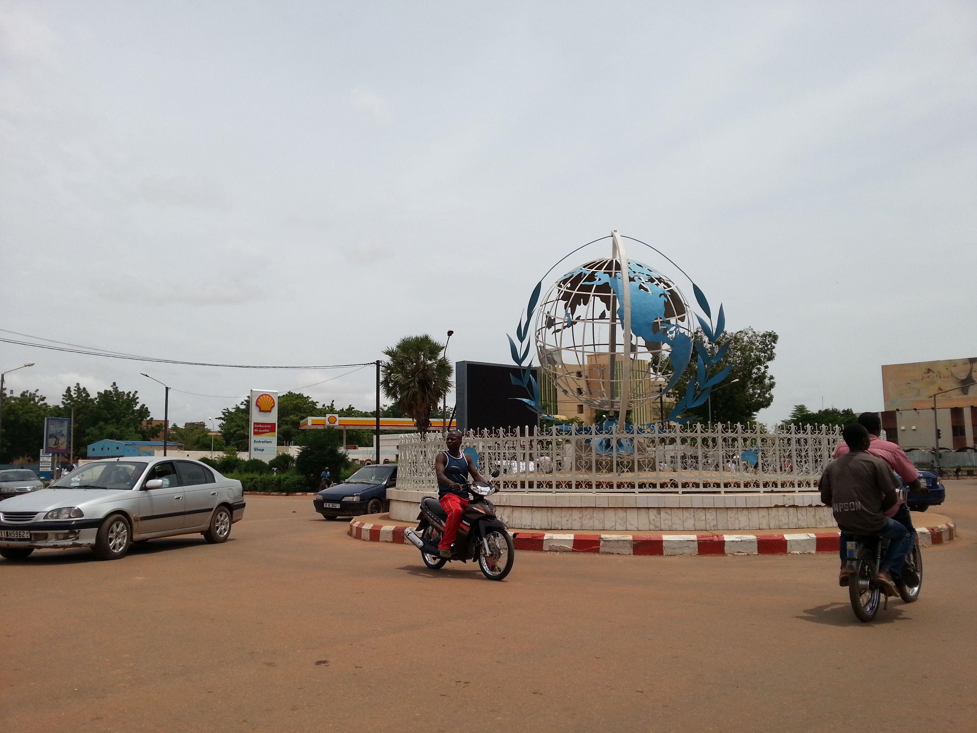 Le Rond Point Des Nations Unies A Ouagadougou Burkina Faso 2013 Rond Point