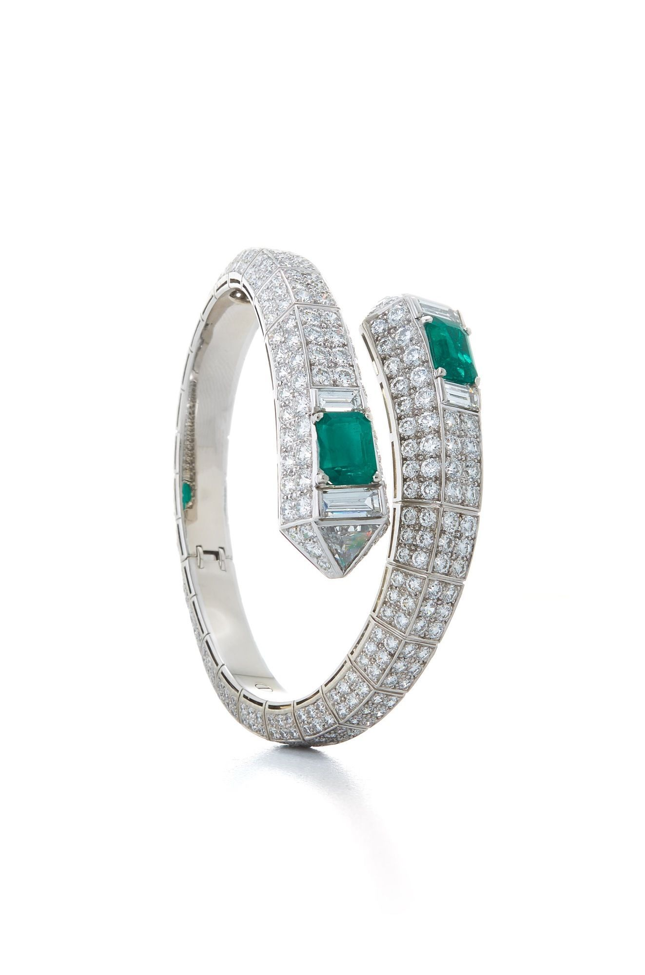 on ring baguette a diamond octagonal step weighing an tiered cut pin and emerald of centring carats triple to border brilliant