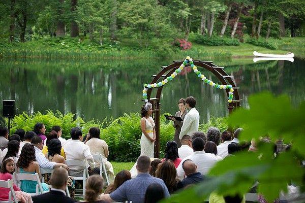 Fica aí a ideia pra quem vai casar em meio a natureza. ;)