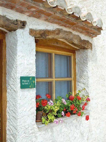 Fachadas y zonas de entrada con estilo doors windows for Ventanas de madera rusticas precio