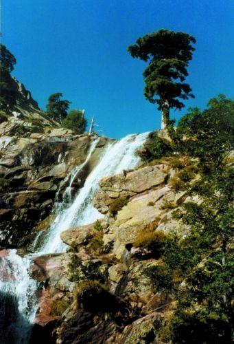 La cascade radoule im Sonnenschein Col de Verghio, Korsika, Frankreich // La Cascade radoule in the sunshine, Col de Verghio, Corsica, France