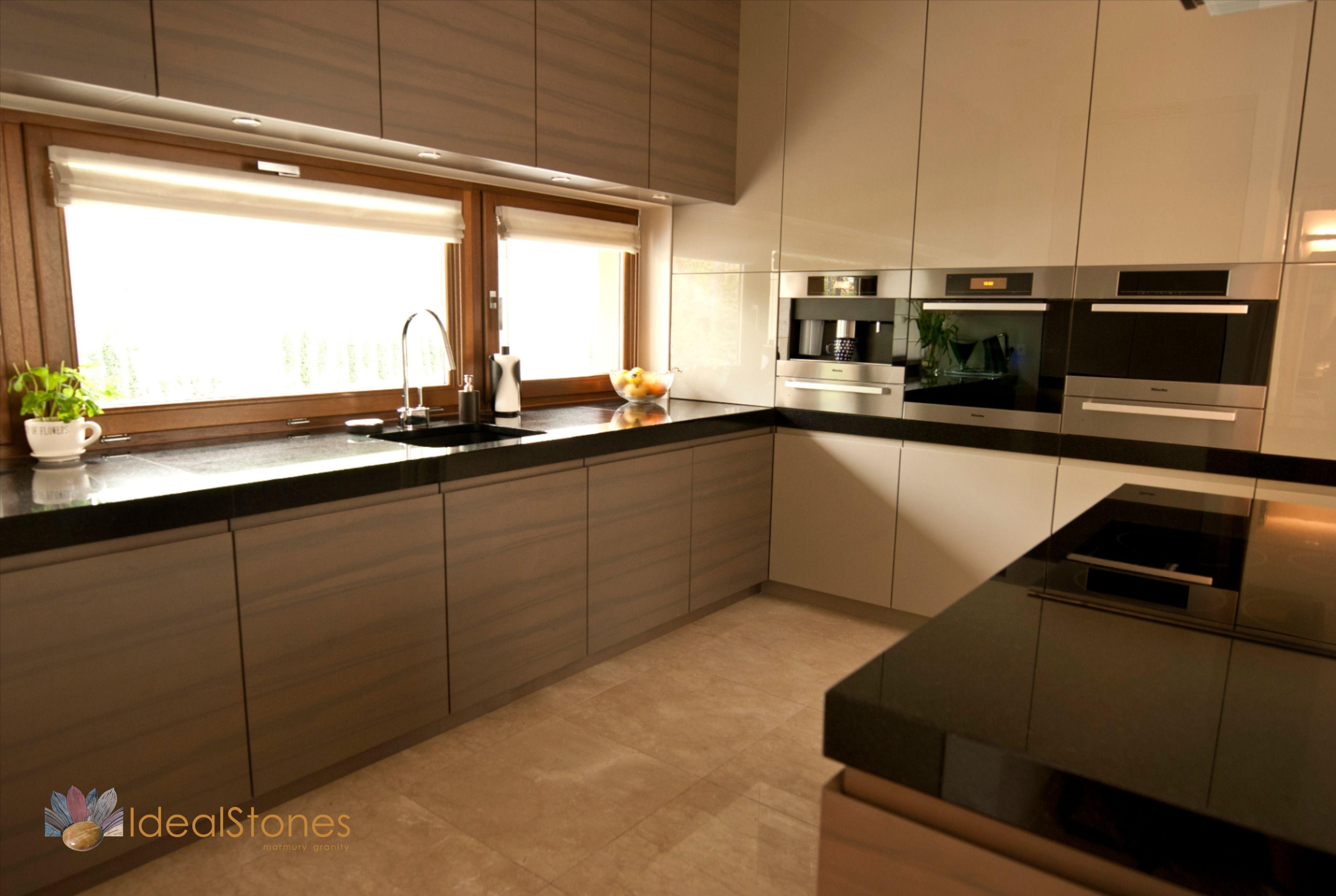 Czarny Blat Granitowy Do Kuchni Oraz Marmurowa Posadzka W Odcieniach Kremowych Kitchen Home Decor Home