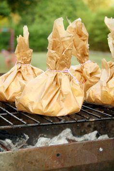 Süße Grillpäckchen Süße Grillpäckchen mit Obst, Schokolade und Erdnüssen Die Päckcken sind wie kleine Schokobrunnen, am Ende haben alle Zutaten einen feinen Schokoüberzug. Je nachdem welches Obst man mag, kann man sich ein individuelles Päckcken zusammenstellen. Kokos, verschiedenste Nüsse, Chilli, Zimt, verschiedene Schokoladen oder auch Schnaps. Alles ist möglich. Je mehr, desto leckerer. Zutaten für 4 Päcken 2 Bananen 2 Äpfel 4 Pfirsiche 150 Gramm Schokolade 50 Gramm Erd... #grilleddesserts