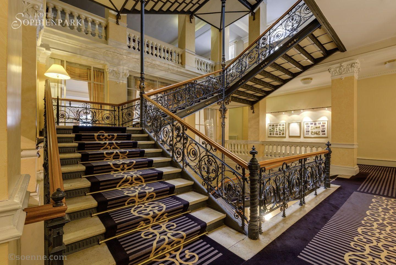 Das Historische Treppenhaus Im Hotel Am Sophienpark Bot Auch Schon Den Rahmen Fur Champagner Empfange Hochzeit Wedding Weddingide Hotels Hotel Treppe Haus