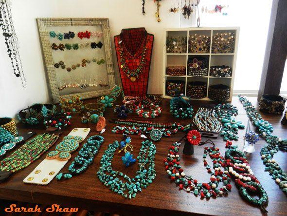 8ee0492adc36 Las joyas son de Tamarindo en Costa Rica. Hay muchos collares ...