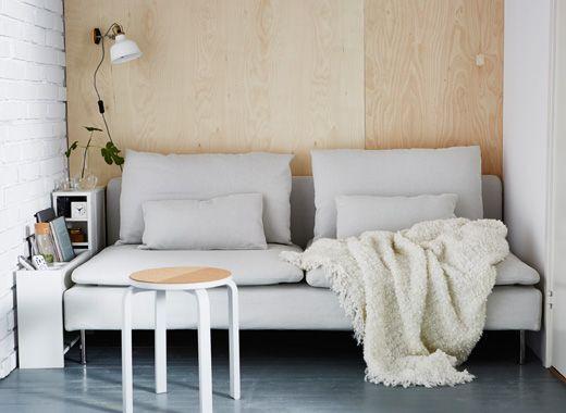 Zwei PÅHL Aufsätze in Weiß Grün zwischen Wand und einem Sofa sind - wohnzimmer weis grun