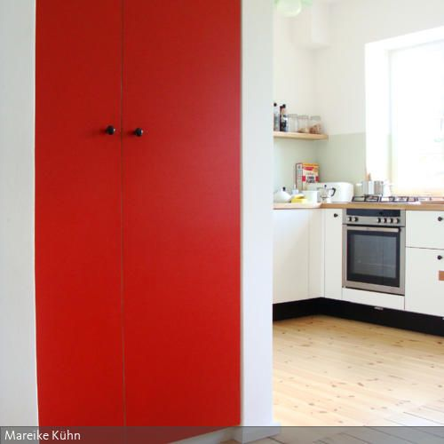 Der Einbauschrank war eine Idee die ungenutzte und schmale Ecke im - wohnzimmer gestalten rot
