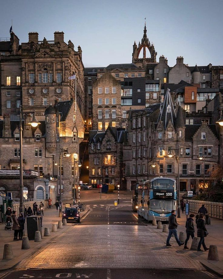 📍Edinburgh , Scotland, UK 🇬🇧 💡Interesting facts : 🔸 Edinburgh Castle is built on an extinct volcano. 🔸Edinburgh has 112 parks and more trees per head of population than any other city in the U.K. 📷: @viewofedinburgh Follow @citybestviews for the best urban photo👆 #edinburgh #edinphoto #edinburghlife #scotland #uk #streets #autumnweather #cbviews