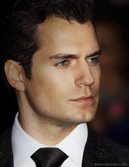 I want to touch his face so bad... #HenryCavill