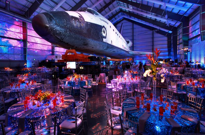 Guests At The California Science Center S 2017 Discovery Ball Dined Under Wings Of Endeavor E Shuttle