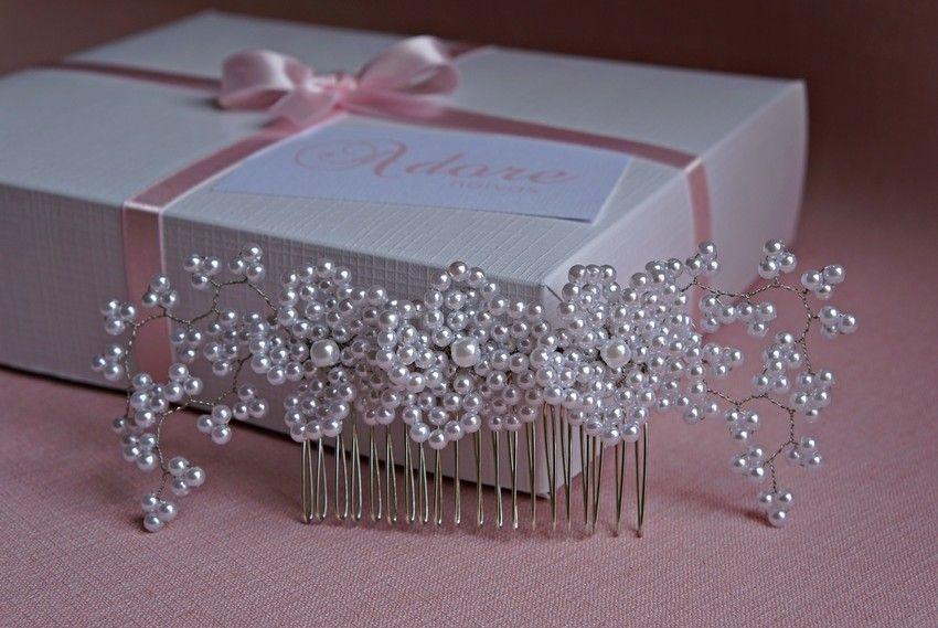 Arranjo de cabelo para noiva com flores em pérolas brancas, fio de metal banhado a prata e base em pente prateado (modelo 305) - Adore Noivas