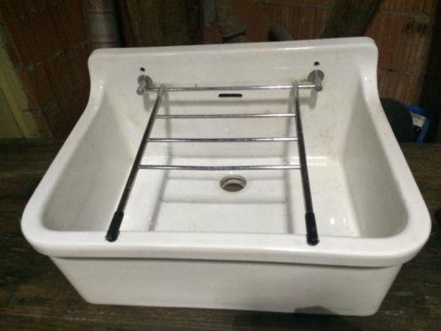 Idee voor crea kamer witte keramieke wasbak met rekje en afvoer