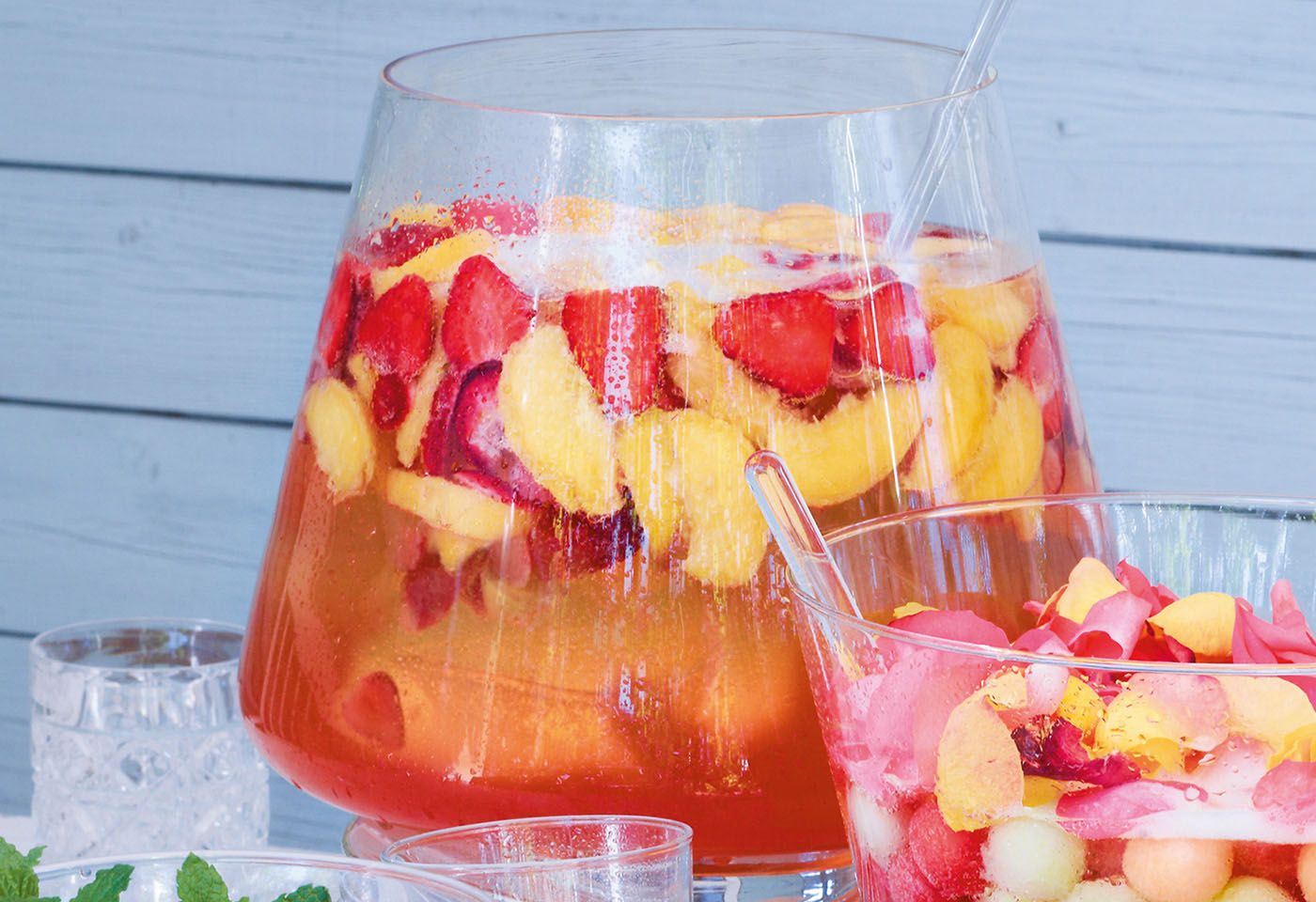 Pfirsich-Erdbeer-Bowle mit Orangen-Likör | Frisch Gekocht