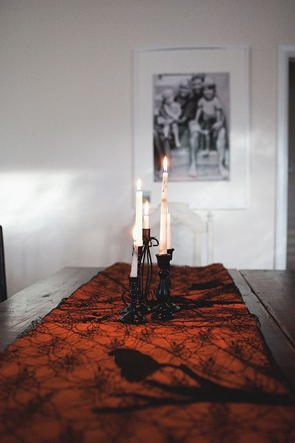 table copy by the little red house, via Flickr Halloweeeeen - halloween party decorations diy