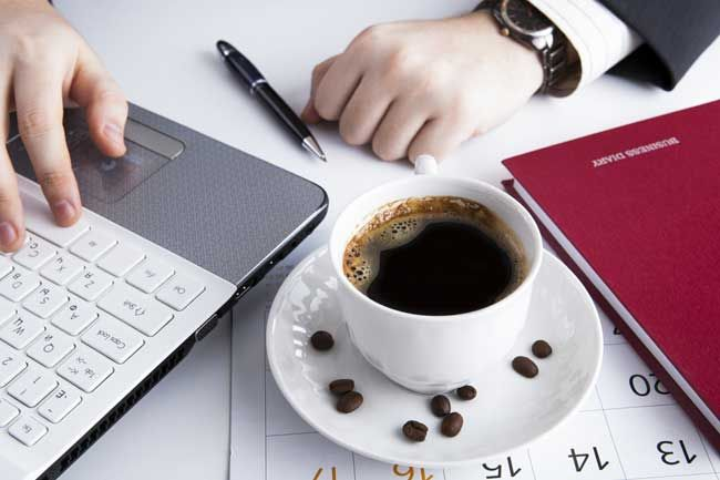 Uma nova pesquisa conduzida por professores de três universidades americanas sugere que a cafeína pode deixar os funcionários mais honestos. http://www.mexidodeideias.com.br/index.php/curiosidades/cafeina-pode-deixar-funcionarios-mais-honestos/