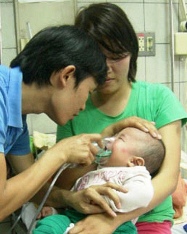 """-Con bị điếc vì cha mẹ tự làm """"y tá"""" xông mũi họng-  http://lamdep.win/con-bi-diec-vi-cha-me-tu-lam-y-ta-xong-mui-hong/"""