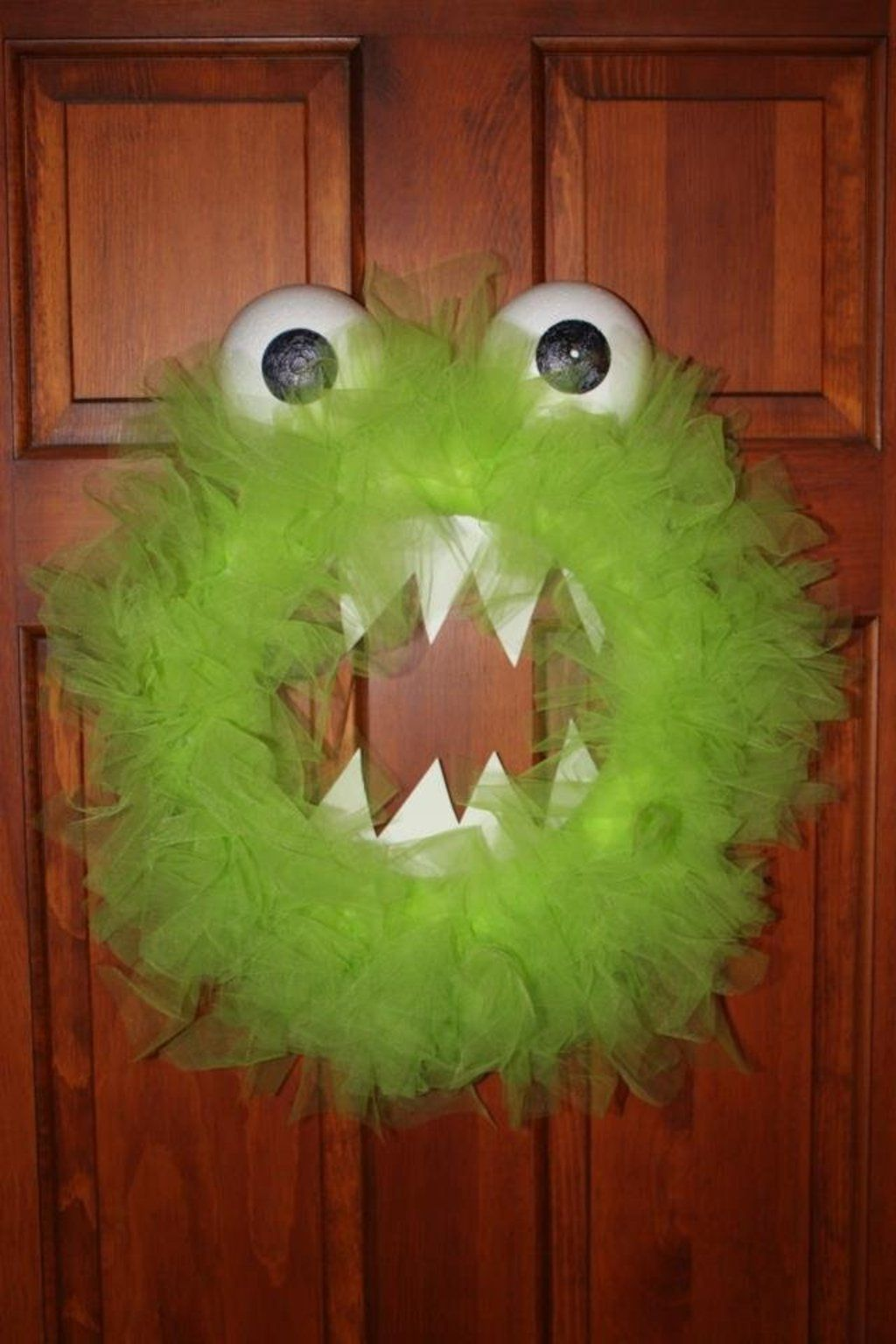 DIY under $10 monster wreath for Halloween Projects to try - halloween decorations diy