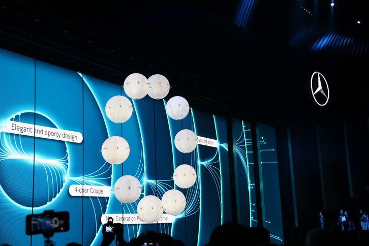 メルセデス・ベンツは、プレスブリーフィングのオープニングに、風船ドローンによるパフォーマンスを展開した。