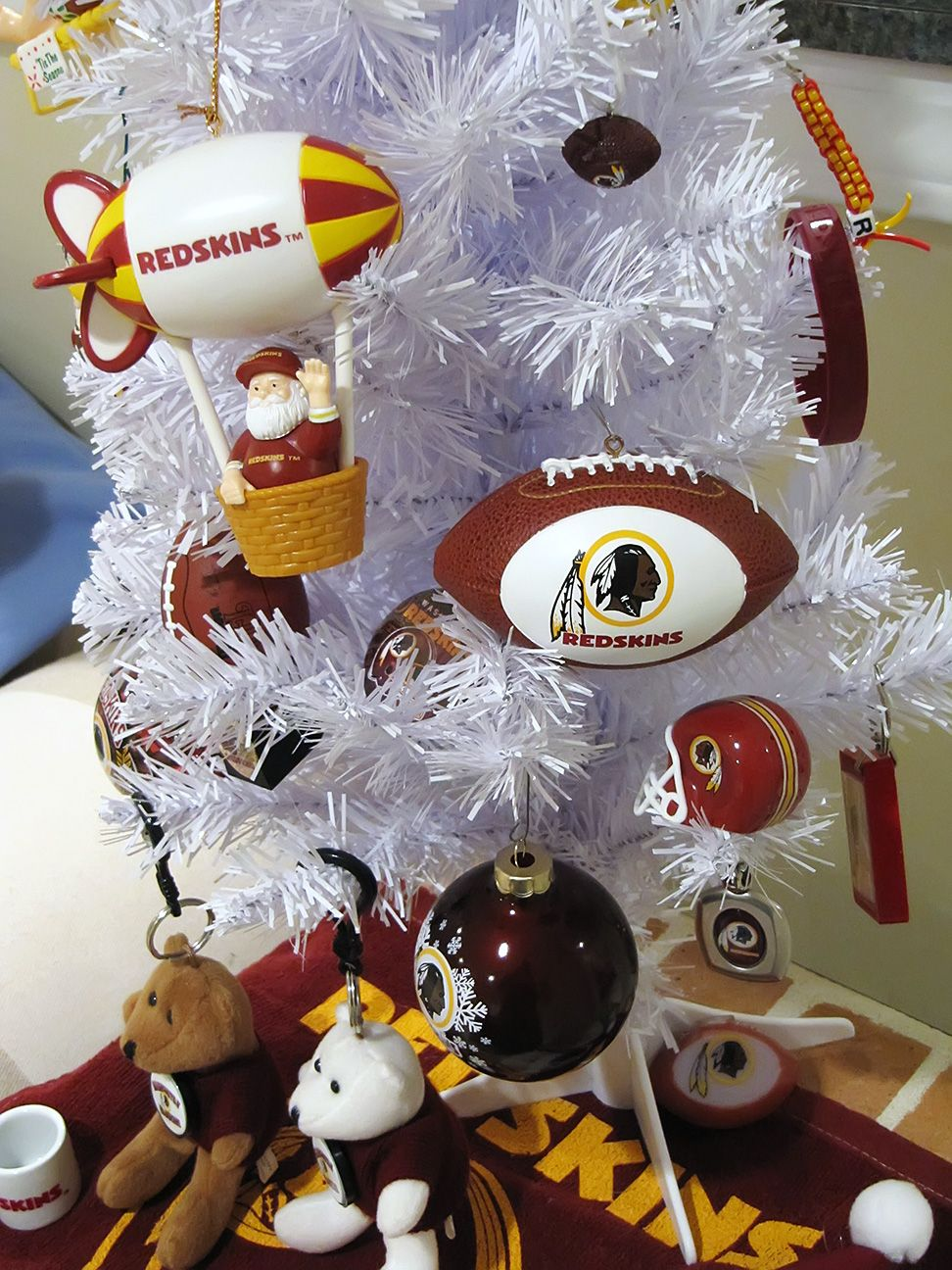 Redskins Christmas Tree | Sports Holiday Decorations | Pinterest ...