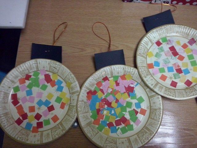 Manualidad bolas de navidad platos de cart n con trocitos de papel de colores 3 a os navidad - Manualidades bolas de navidad ...