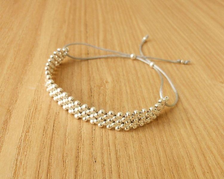 *_+Bracelet cordon et argent (925/1000)+_*       -Motif tissé de petites perles en argent 925   -Cordon de nylon (couleur au choix)       *Natasha R.