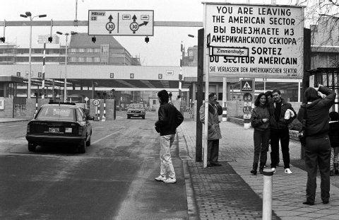 Der Checkpoint Charlie im Wandel der Zeit- Berliner Zeitung