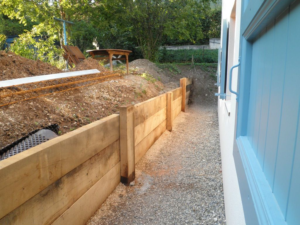 retenue de terre en traverse de ch nes home ideas bordure jardin bois traverse bois et