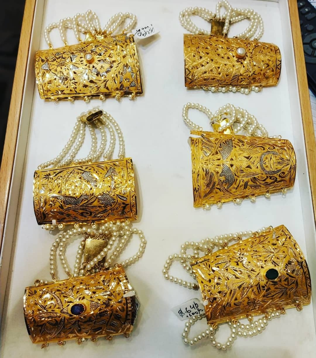 Gold Hand Cliffs With Images Gold Jewelry Fashion Bridal Gold Jewellery Gold Necklace Set