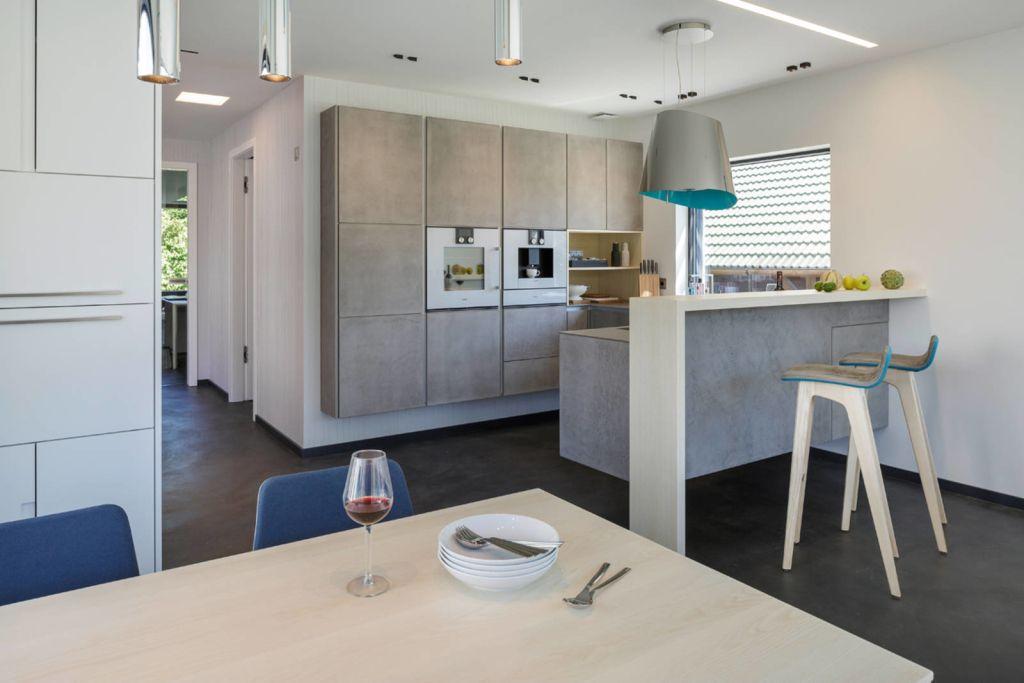 Ein Plusenergiehaus im Bauhausstil - 13 schöne Eindrücke von - wohnzimmer modern eingerichtet