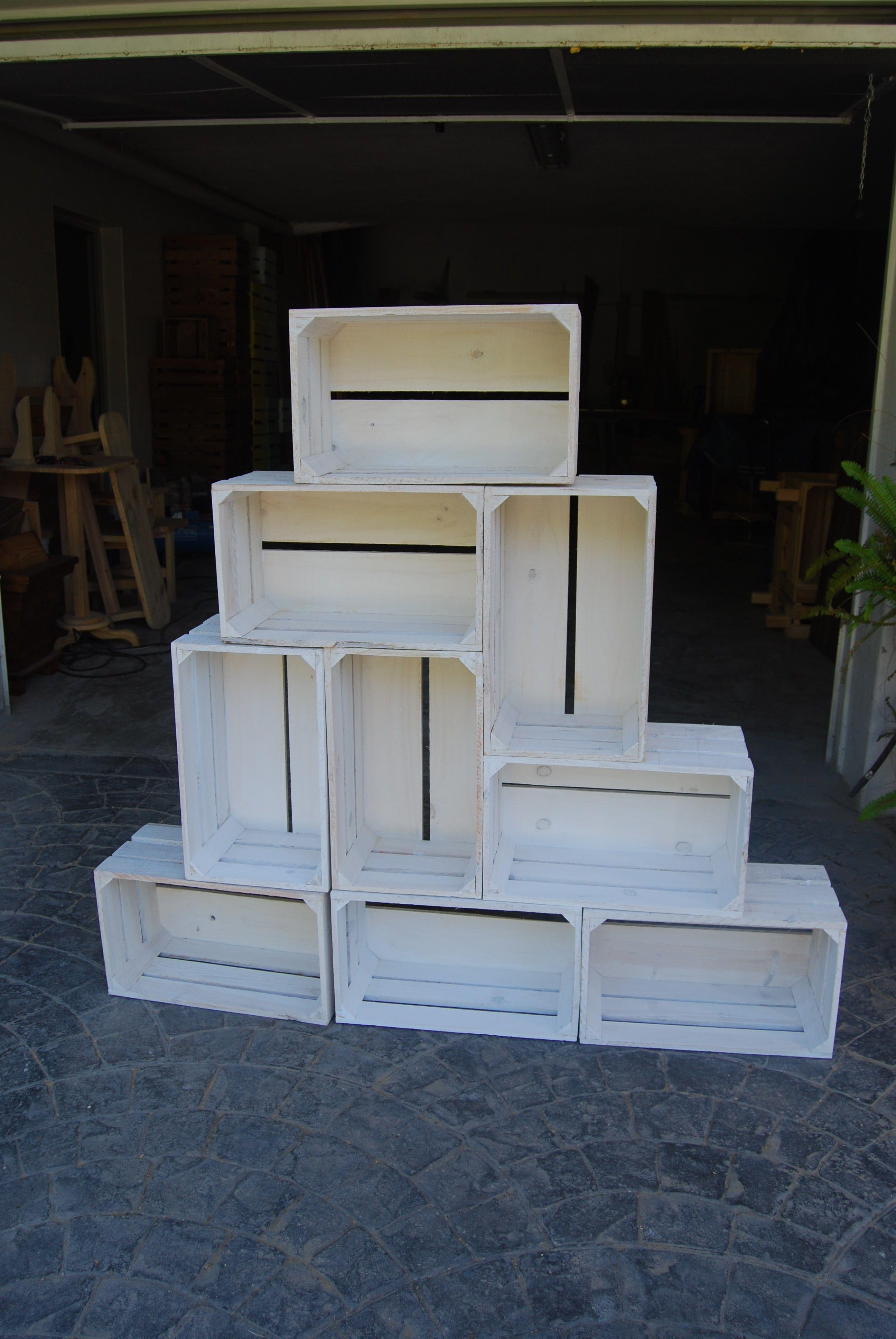 Cajas de diferentes tamaños apiladas y de color blanco, estantería para todo tipo de cosas #madera #artesanal #design #interior #exterior #decoracion #wood