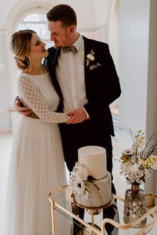 Inspiration für moderne Hochzeit mit Brautpullover in 2020 ...