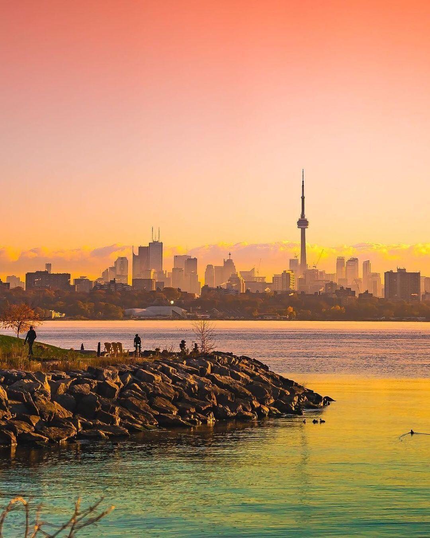 "blogTO on Instagram: ""Good morning, Toronto 😁 #Toronto #Morning #Sunrise #TorontoSkyline #skylineTO #sunriseTO - 📸 @roy.story.4"""