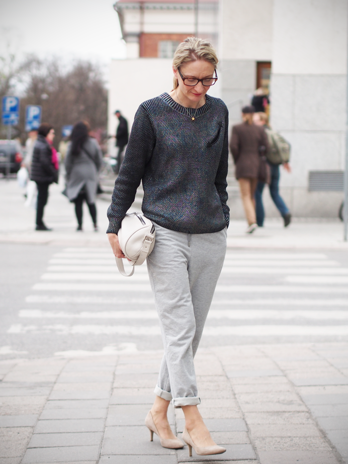 Anne wearing Arela Rauni cotton trousers in Basel Grey | Muoti mielessä