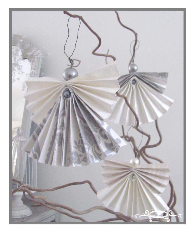 Engelen gemaakt van behang en 2 kralen.  Van een boek of tijdschrift erg leuk en makkelijk te maken.