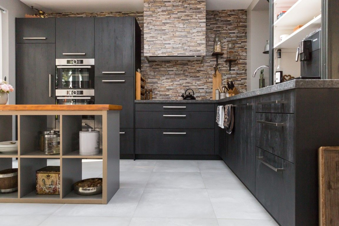 keuken wandtegels grijs : Woonkeuken Gezellig Zwarte Keuken Stoer Black 60×60 Grijze