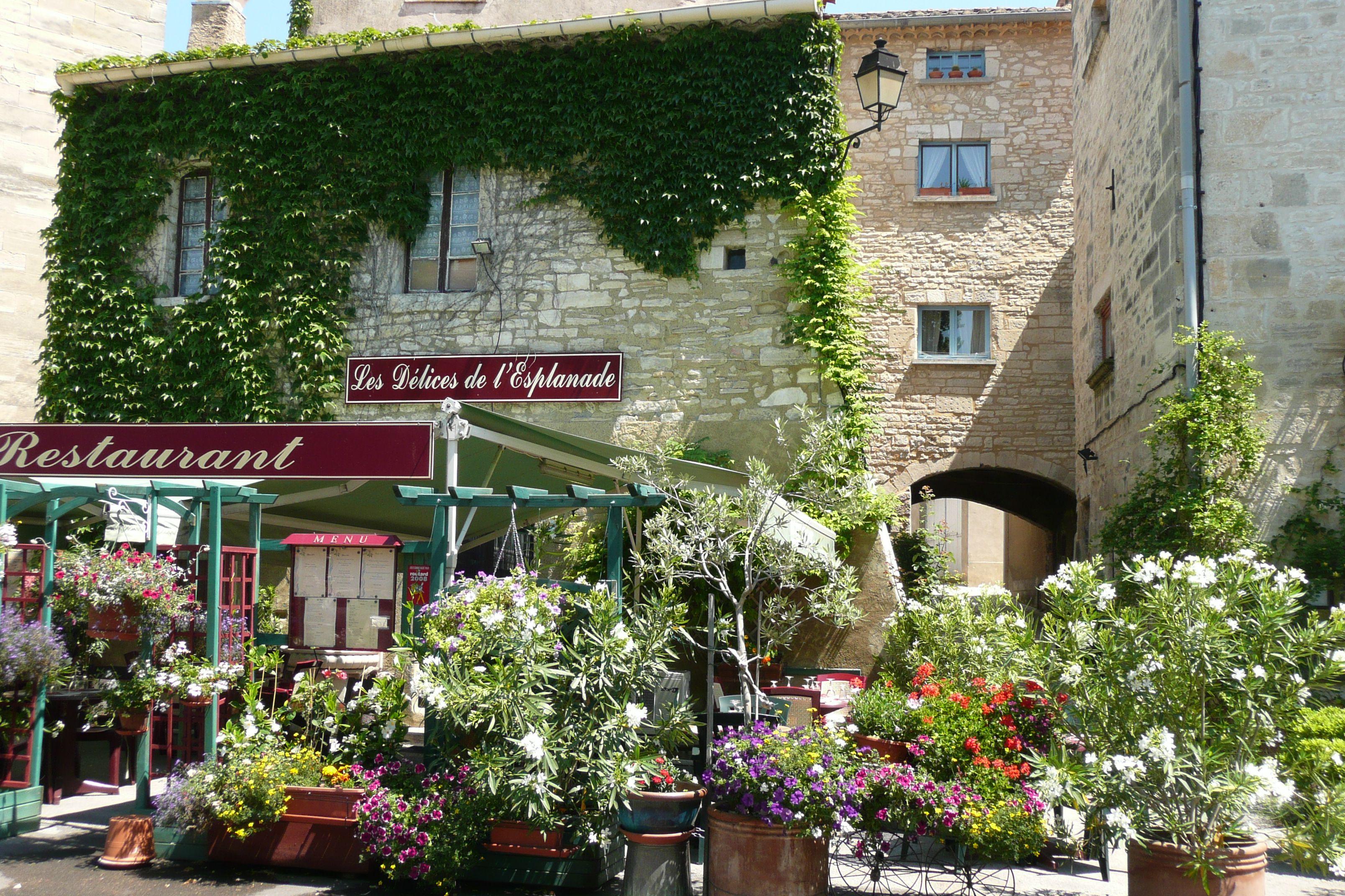 Restaurant bien fleuri à Barjac, Gard, Provence, France. | La France ...