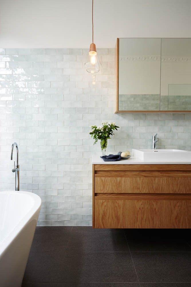 Hout, donker vloertegels en blinkende muurtegels | Badkamer ...