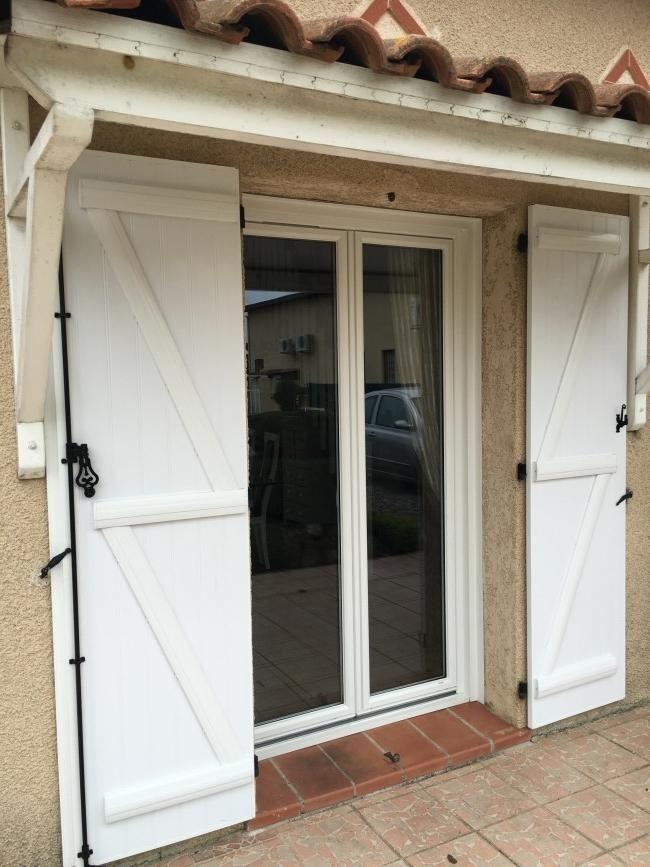 Porte-fenêtre PVC Blanc + volets battants - Installation à Toulouse