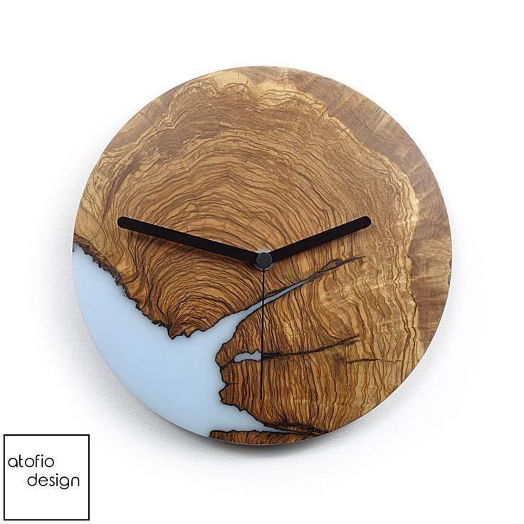 Hellblaues Epoxidharz und Olivenholz schaffen eine einzigartige Wanduhr - Home… - Wood Desings