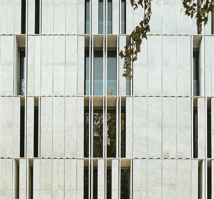 Exterior stone louvers on Stone Block Building 080 filt3rs - Brique De Verre Exterieur Isolation
