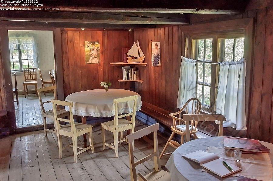 Sattmarkin kahvila - kahvila sisustus pöytä tuoli pyöreä vanha puulattia tunnelma tunnelmallinen kahvio
